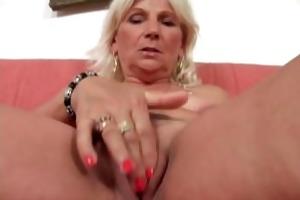 une femme aged se fait marteler la chatte par un