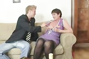 old mamma widens her legs for hard wang